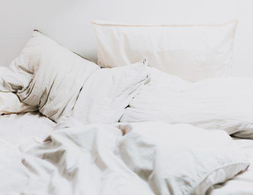 Relleno nórdico de color blanco o también llamado edredón nórdico. Se encuentra sobre la cama, con dos almohadas del mismo color .