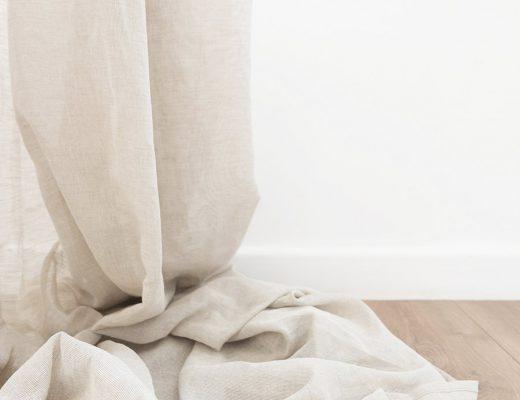 Cortina confeccionada arrugada sobre suelo