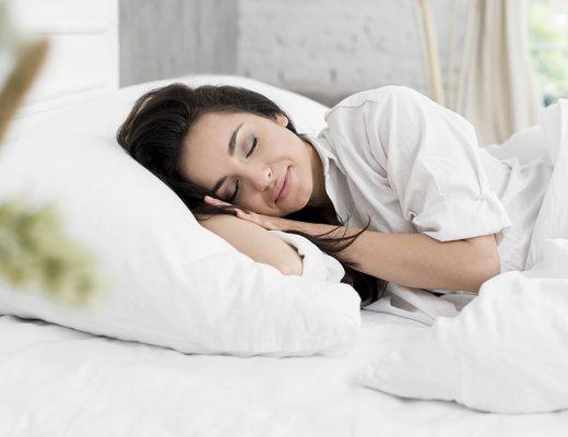Mujer durmiendo sobre almohada viscoelástica
