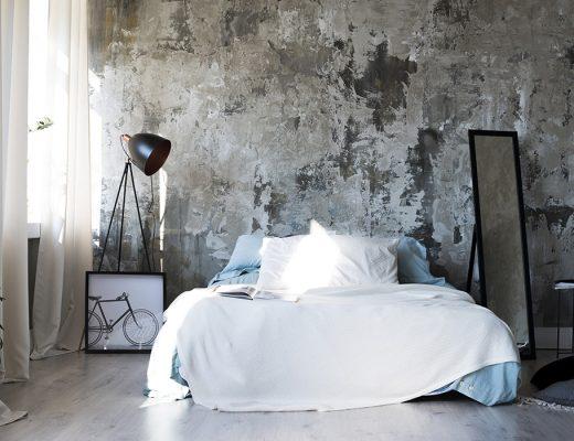 Edredon: vista frontal dormitorio moderno con edredon sobre cama. decoración pared descascarillada