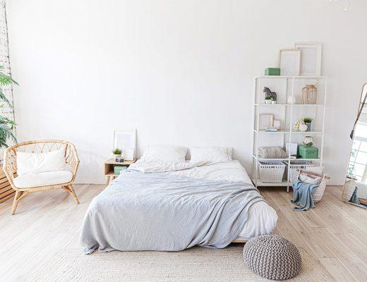 Dormitorio amplio y luminoso con cama central sobre la que descansa colcha bouti de verano.