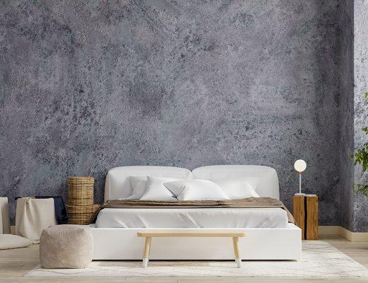 Fundas nordicas. Vista frontal de dormitorio con pared grisácea y cama vestida con ropa de cama blanca combinada con tonos marrones. Mesita de madera netural